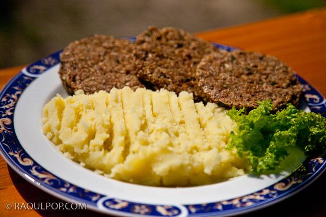 Raw hamburgers with mashed potatoes and salad, original recipe by Ligia Pop.