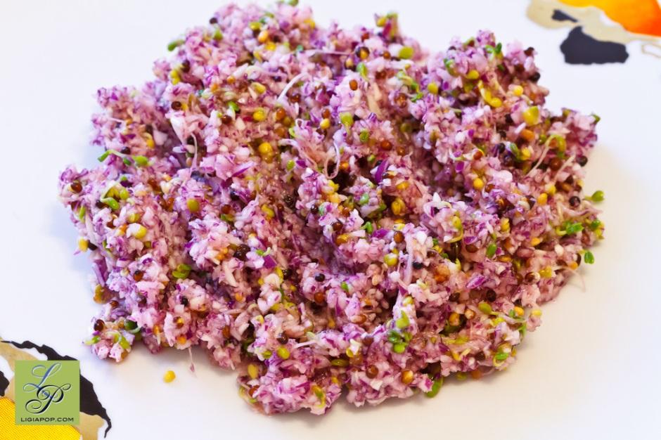 Salata de varza cu sprouts. Reteta original de Ligia Pop.