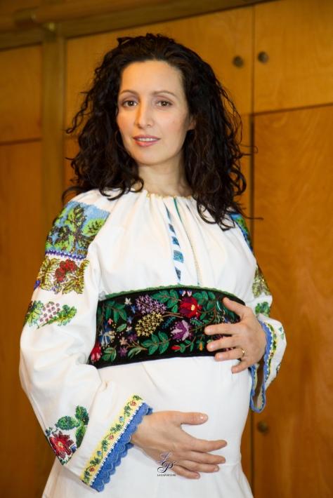 Ligia purtand o ie aleasa din Bucovina.