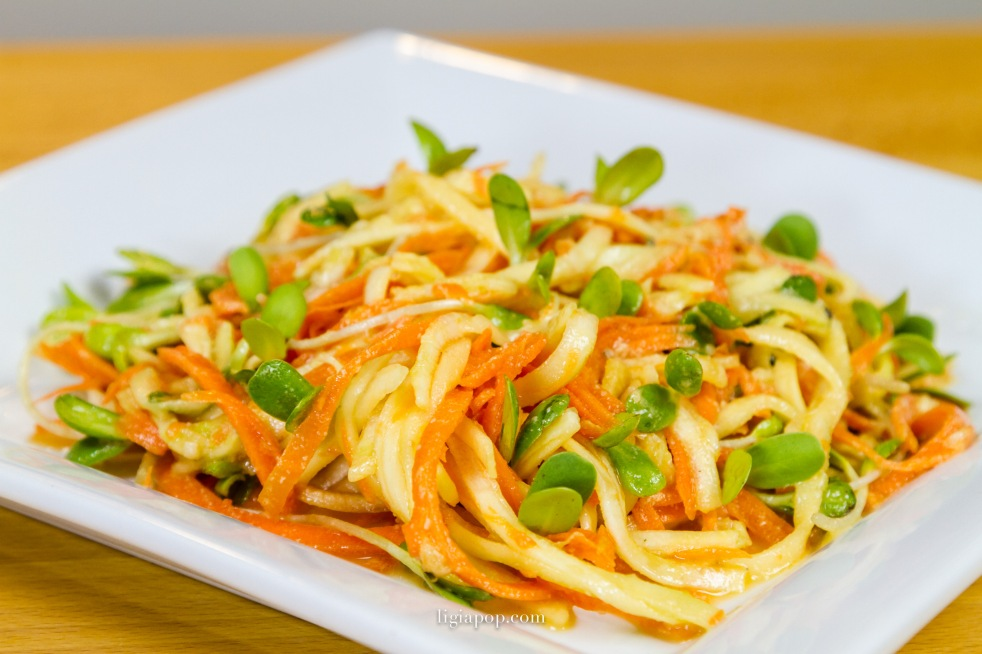 Salata raw de spaghetti vegetale