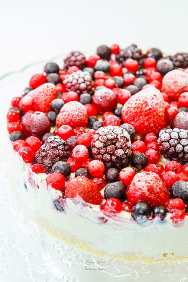 Tort din frisca cu fructe de padure