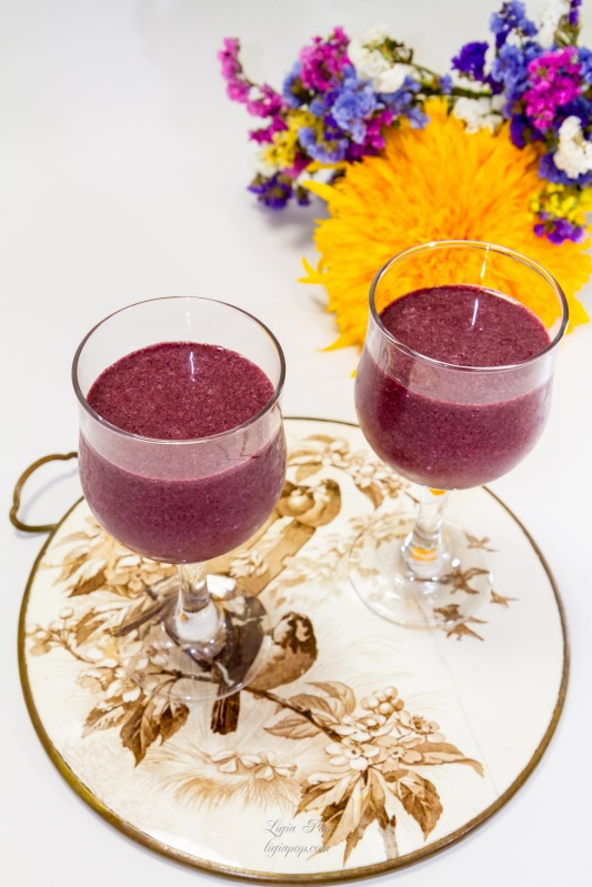 Smoothie din afine cu superalimente