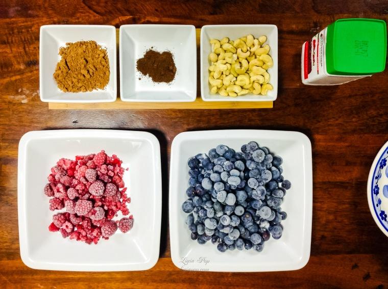 Ingrediente pentru inghetata raw din afine si zmeura